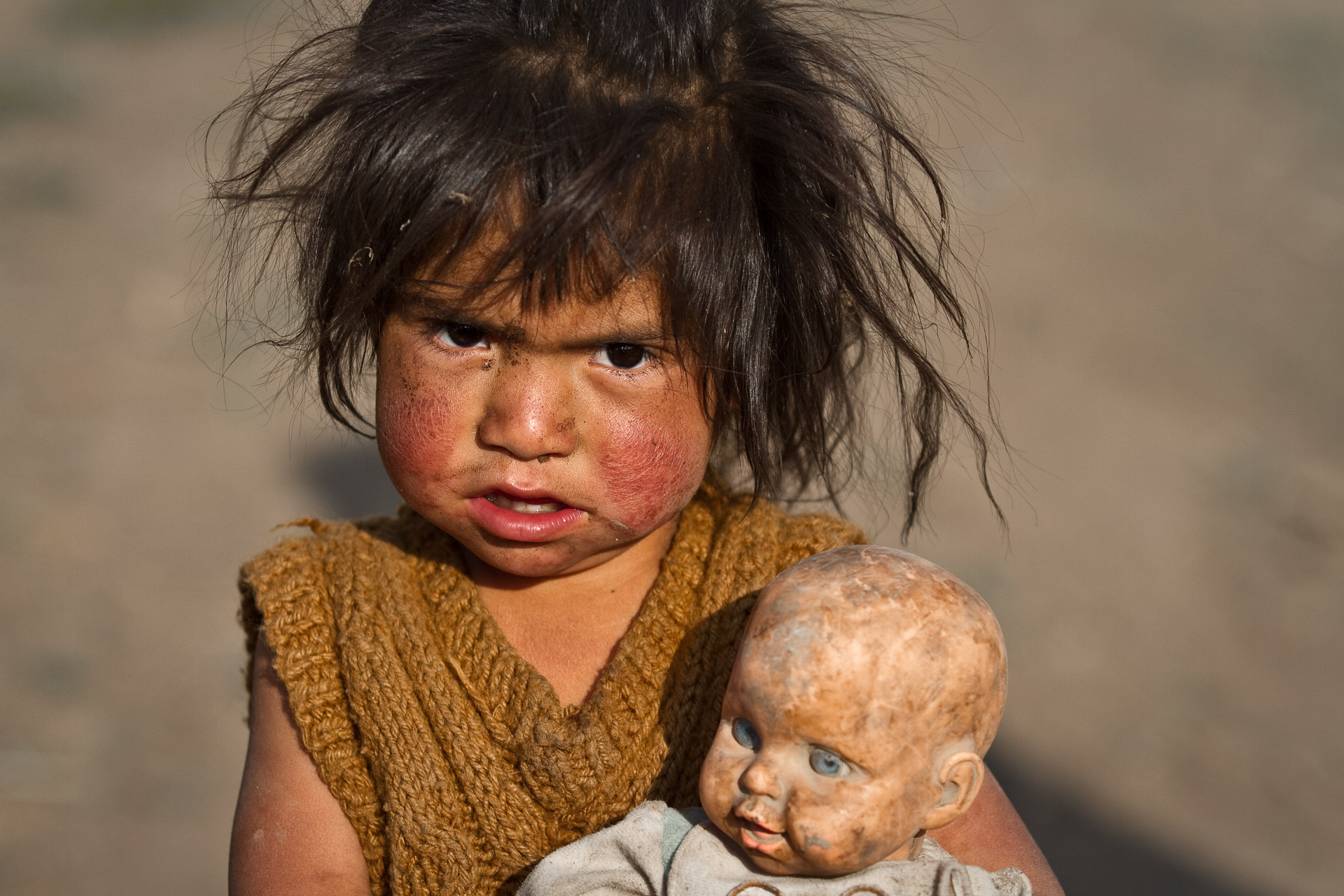 girl from Peru with a doll between the arms-size 1920x1280