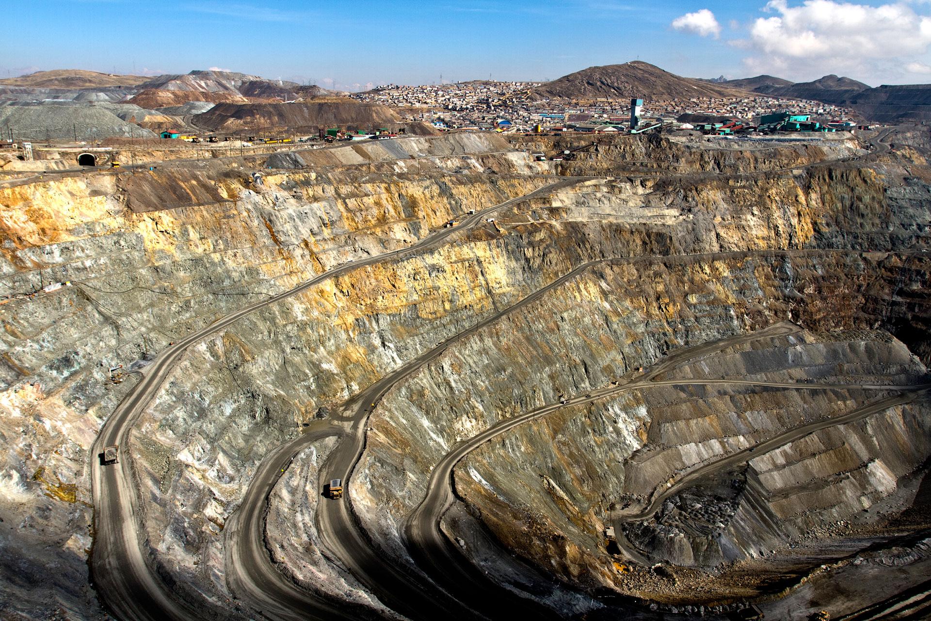 open-pit-mine-cerro-de-pasco-peru size 1920x1280